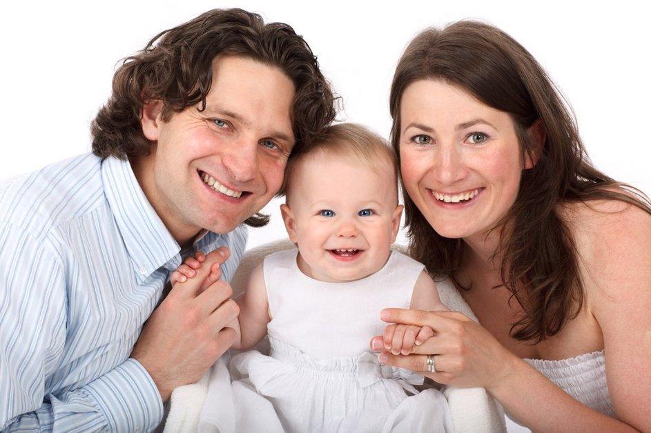 Bild einer lachenden Familie - Von http://www.publicdomainpictures.net CC0 1.0 Universal (CC0 1.0) Public Domain Dedication
